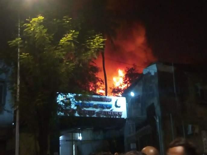 Fire breaks out in Kurla West eight fire engines at the spot | VIDEO: कुर्ल्यातील इमारतीला भीषण आग; अग्निशमन दलाच्या आठ गाड्या घटनास्थळी