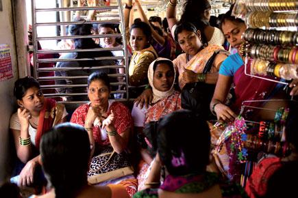 Close relation between Local And Mumbai women. | मुंबईतल्या महिलांची जीवाभावाची लोकल