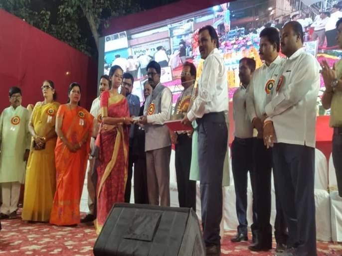 "lalbaug raja ganestoav mandal helps to Shahid Family | शहीद कुटुंबियांच्या मदतीला आला ""लालबागचा राजा"""