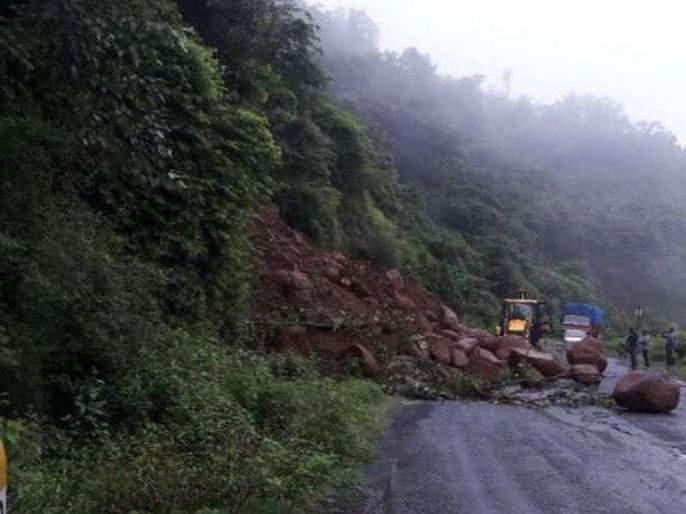 Traffic jam on Mumbai-Goa highway after landslide at Chiplun | परशुराम घाटात पुन्हा दरड कोसळली, मुंबई-गोवा महामार्ग ठप्प
