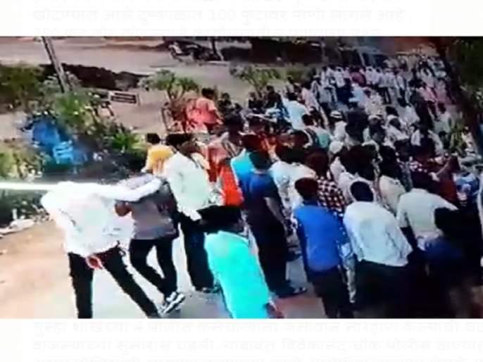 wanted criminals relatives attack on policemen in latur | 'वाँटेड' गुन्हेगाराला पकडण्यासाठी लग्नमंडपात आलेल्या पोलिसांवर वऱ्हाडींचा हल्ला