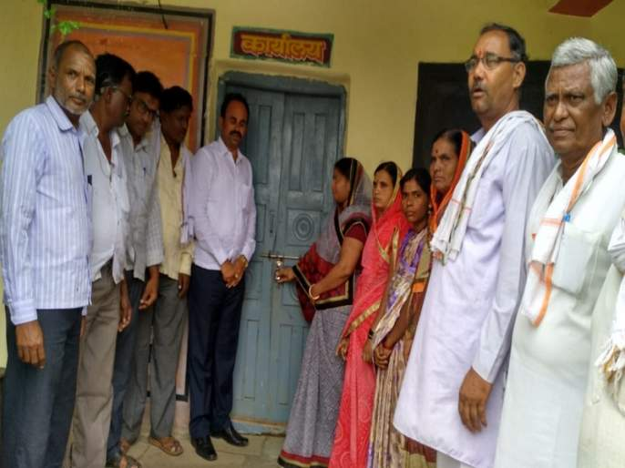 Due to lack of math teacher, the villagers locked the school   गणितास शिक्षक नसल्याने गावकऱ्यांनी शाळेस ठोकले टाळे