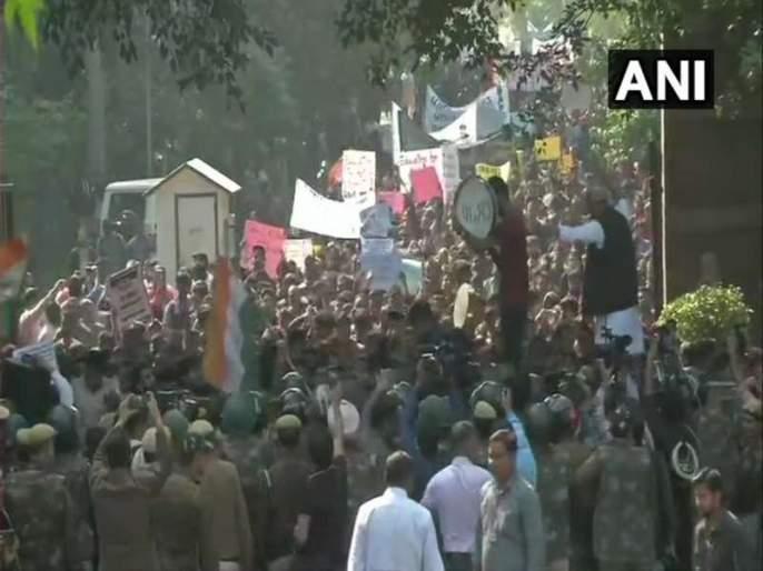 Jawaharlal Nehru University students march to Parliament stopped by Police | फी दरवाढीविरोधात संसदेवर मोर्चा; पोलिसांनी रोखल्याने विद्यार्थ्यांचा संताप