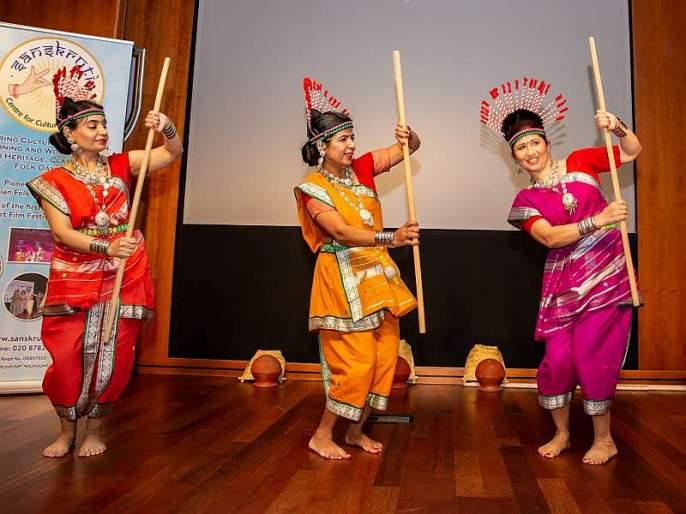 In London, the folk dance of tribal people became a jagar of Maharashtra's folk dance adivasi | लंडनमध्ये महाराष्ट्राच्या लोकनृत्याचा जागर, आदिवासींचे 'पवारा नृत्य' गाजले