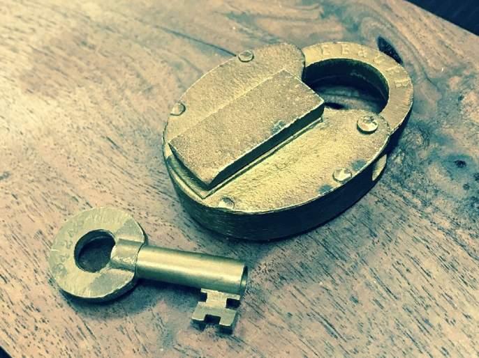 In Udagir robbery by using duplicate key; 40 lakhs cash and 20 gm gold looted | उदगिरात बनावट चावीने कुलूप उघडून रोख ४० लाख आणि २० तोळे सोने पळविले