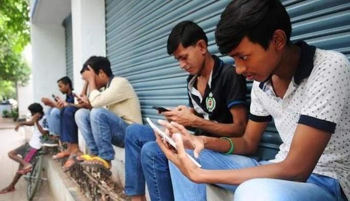 Mobile is becoming a time pass in lockdown! | लॉकडाऊनच्या काळात मोबाईलच ठरतोय विरंगुळा!