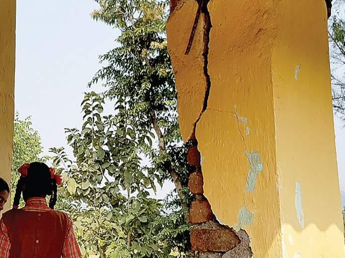 Schools in Loharmal dangerous; Jeopardize the lives of students   लोहारमाळमधील शाळा धोकादायक; विद्यार्थ्यांच्या जीवास धोका