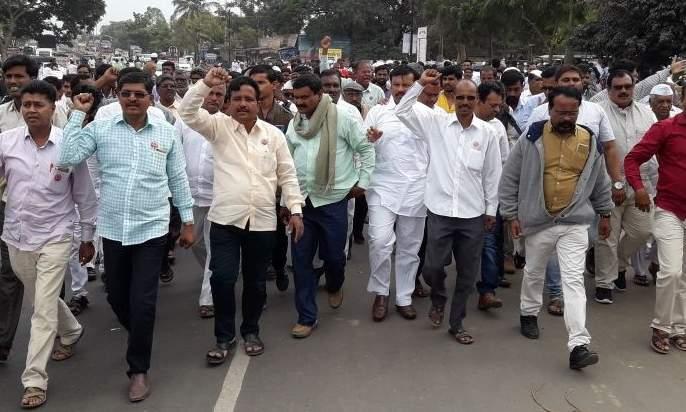Farmers' self-doubt started in Loni-radhakrishna vikhe patil village | विरोधी पक्षनेते विखे यांच्या लोणीत शेतक-यांचा आत्मक्लेश सुरु