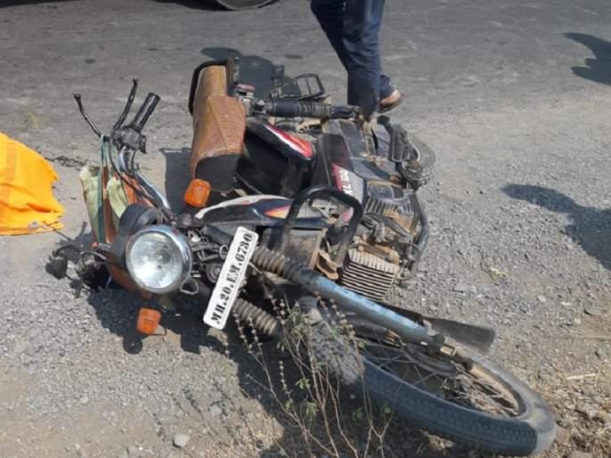 speedy tanker hits mopeds in an attempt to move forward; The woman was killed on the spot | पुढे जाण्याच्या प्रयत्नात भरधाव टँकरची मोपेडला धडक; महिला जागीच ठार