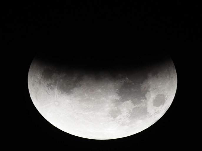 Partial LunarEclipse as seen in the skies of Mumbai | दिल्लीपासून मुंबईपर्यंत दिसलं चंद्रग्रहण, पहाटे 4.29 वाजेपर्यंत राहणार प्रभाव
