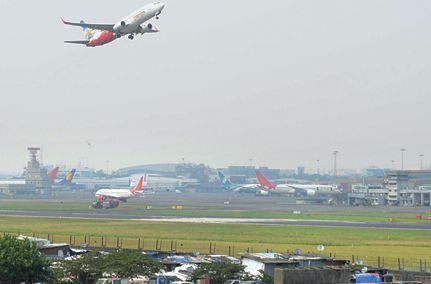 Mumbai airport runway closed Monday; Major repairs | मुंबई विमानतळावरील धावपट्टी सोमवारपासून बंद;मोठी दुरुस्ती करणार