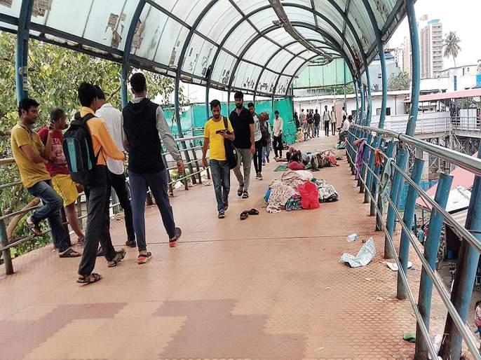 Homelessness of Kandivli became Skywalk | कांदिवलीचा स्कायवॉक बनला बेघरांचा अड्डा