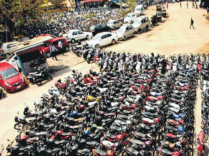 Parking is required to control traffic congestion | वाहतूककोंडी फोडण्यासाठी पार्किंगवर नियंत्रण हवे