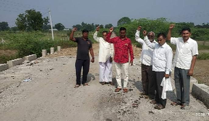 Farmers' agitation for cleaning bridge | पुलाच्या स्वच्छतेसाठी शेतकऱ्यांचे आंदोलन