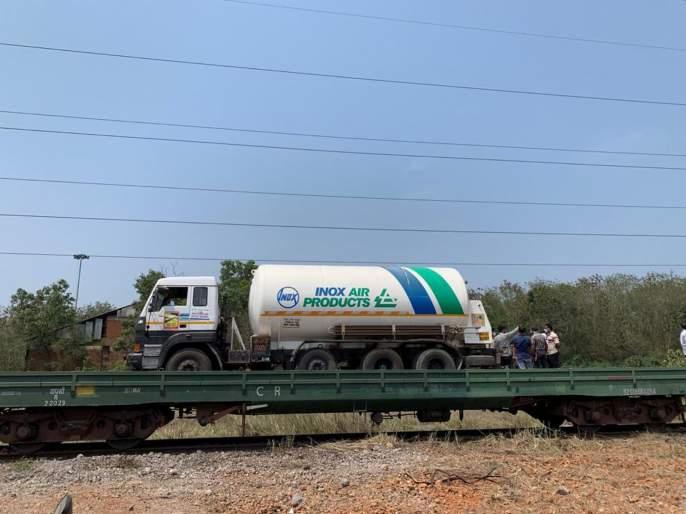 First Oxygen Express Races Towards Maharashtra from vizag Amid Covid Crisis | Oxygen Express: ऑक्सिजन एक्स्प्रेस आज राज्यात दाखल होणार; कोरोनाविरुद्धच्या लढ्याला बळ मिळणार