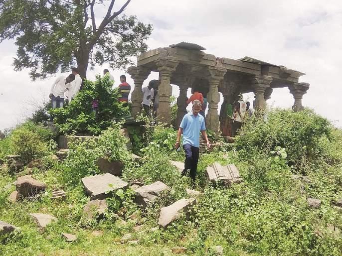 excavation of the ancient palace for secrete money in Usmanabad | गुप्तधनासाठी खोदला पुरातन कलावंतिणीचा महाल
