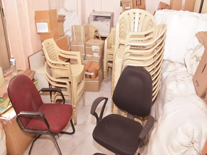 The hallway of health care has become a mess; Ahmednagar Municipal Corporation | आरोग्याधिका-याचे दालन बनले गोडावून; अहमदनगर महापालिकेचा कारभार