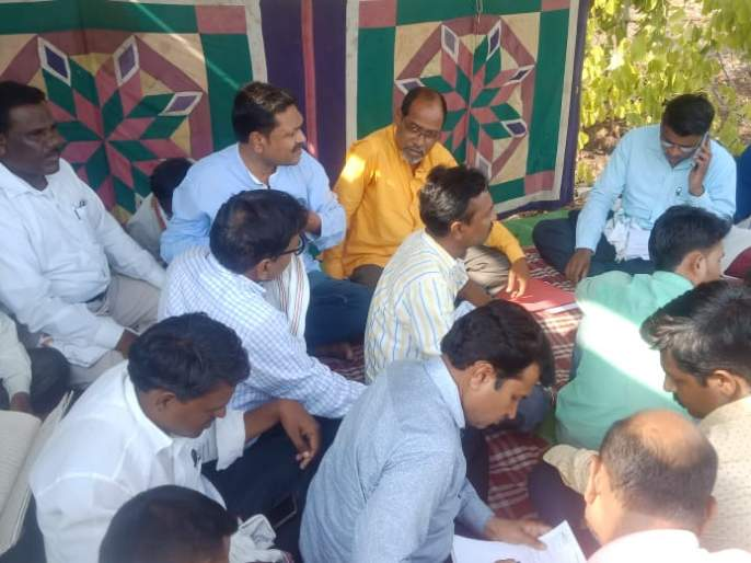 There was a continuous hunger strike by the electricity workers in Washim | वाशिम येथील वीज कर्मचाऱ्यांचे साखळी उपोषण सुरूच