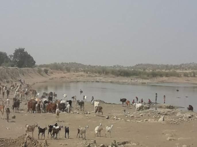 The people brought water from Mahaddele in Bhadgaon taluka to the water supply | भडगाव तालुक्यातील महिंदळे येथे वाहून जाणाऱ्या पाण्याला लोकसहभातून आणले तलावात