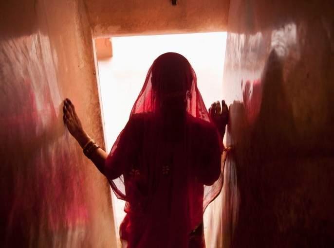 Husband brutally murdered by wife in Virar | विरारमध्ये पत्नीने केली पतीची निर्घृण हत्या