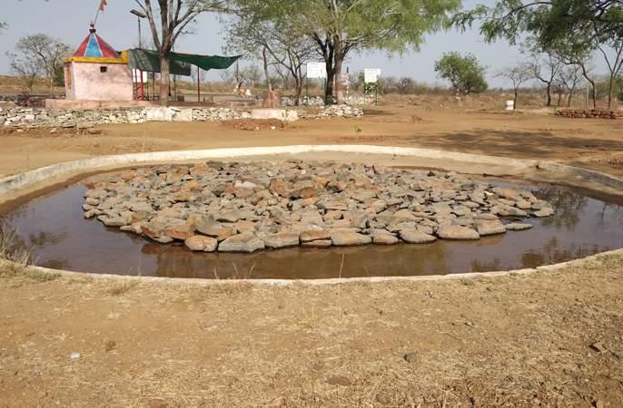 Due to drought; Throwing water into water and flowing water | दुष्काळाची दाहकता; पाणवठ्यात दगड टाकून पाण्याचा केला फुगवटा