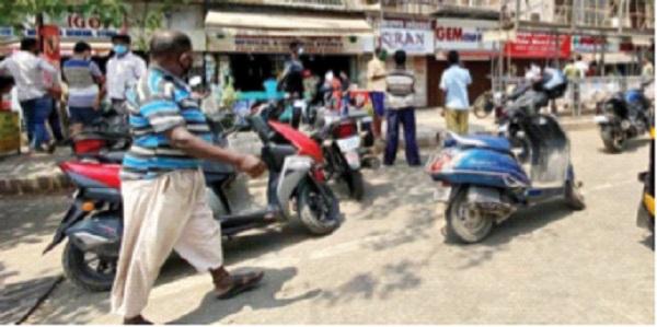 Crowds in front of medical shops to buy alcohol; Annoyance to drug dealers | मद्य खरेदीसाठी मेडिकलच्या दुकानांसमाेर गर्दी; औषध विक्रेत्यांनामनस्ताप