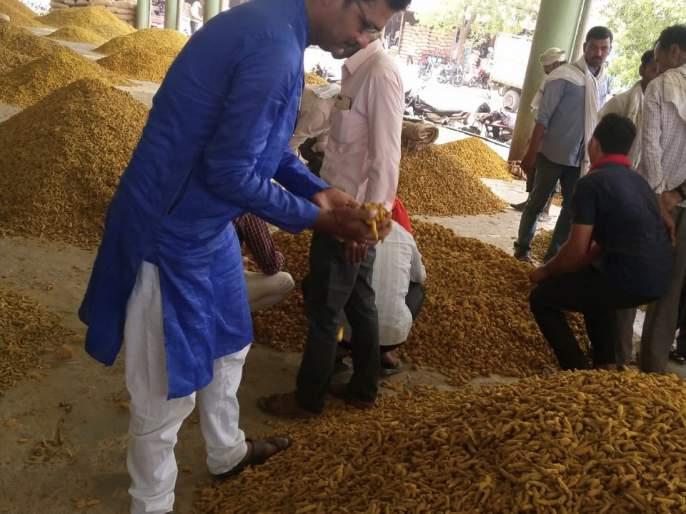 Farmer start to sell reserve grains for Kharip session sowing   खरीपासाठी शेतकऱ्यांची राखीव शेतमाल विक्रीची घाई
