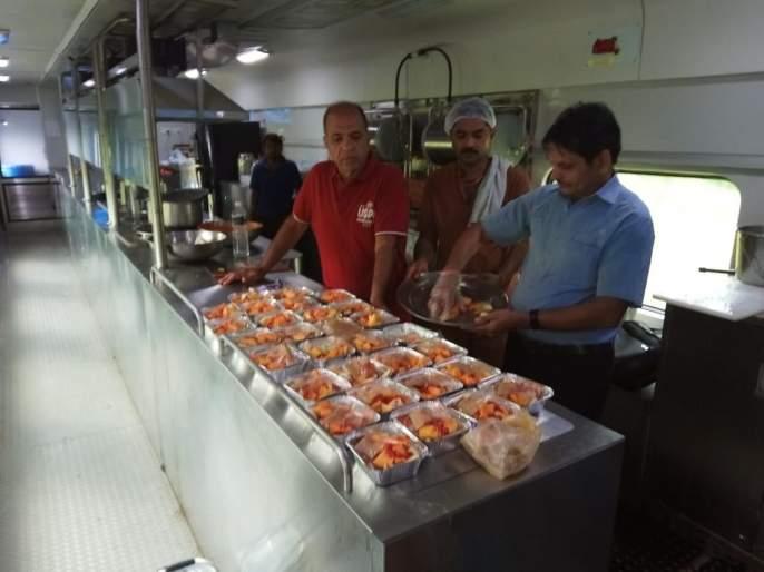 Mandovi Express becomes Healthy Express due to quality and hygienic food | मांडवी एक्स्प्रेस बनली 'हेल्दी एक्स्प्रेस'!