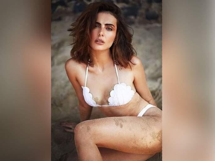 Mandana karimi Topless poses sets the internet on fire | एका फोटोसाठी या अभिनेत्रीने चक्क काढला टॉप, सोशल मीडियावर संताप