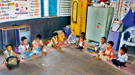 Anganwadi tai is struggling to deal with malnutrition with help of mother's | कुपोषणाशी दोन हात करण्याची आई ताईची धडपड