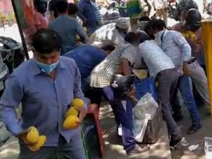 People in Delhi loot mangoes from street vendor worth Rs 30000 kkg | VIDEO: ...अन् सर्वसामान्यांनी बघता बघता फेरीवाल्याचे ३० हजारांचे आंबे लुटले