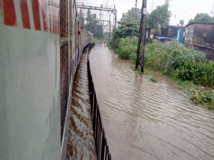 Mumbai Rains: Harbour line services disrupted due to water logged on railway track on Mankhurd Railway station | Mumbai Rains : मानखुर्द स्थानकात रुळांवर साचलं पाणी, वाशी-सीएसएमटी हार्बर रेल्वे ठप्प