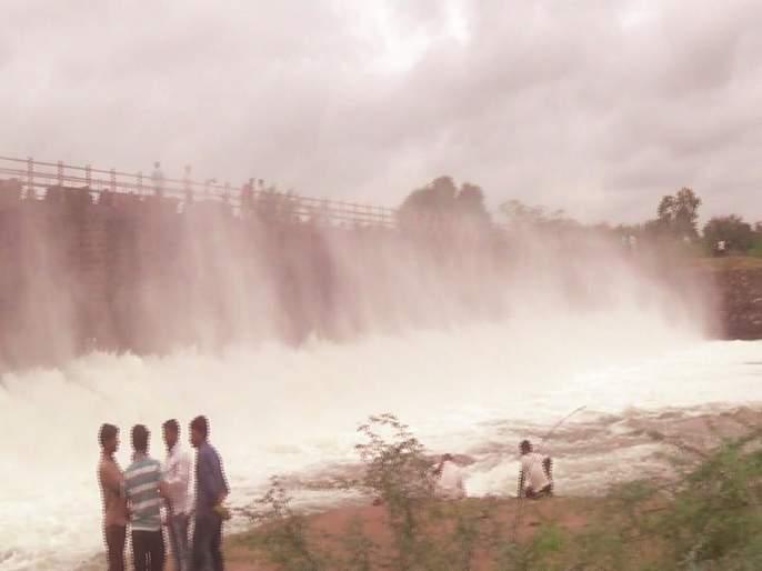 Drainage of water in river basin by 3 cusecs from Mulla Dam; Degrees, filled with Manori Dam | मुळा धरणातून २२०० क्युसेकने नदीपात्रात पाण्याचा विसर्ग; डिग्रस, मानोरी बंधारा भरला