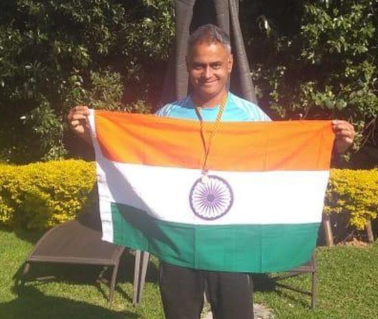 Nitin Chaudhary won marathon in South Africa | नितीन चौधरींनी दक्षिण आफ्रिकेतील मॅरेथॉन स्पर्धेत फडकवला भारताचाझेंडा