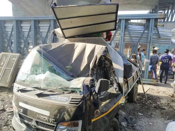 Accident on Ghatkopar-Mankhurd Link Road, leaving two critically injured | ट्रेलरची धडक बसून पादचारी पुलाचा सांगाडा कोसळला, दोघे गंभीर जखमी
