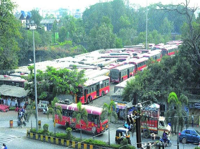 Where to place KDMT buses? Part of the theft is due to the bus being parked on the road | केडीएमटीच्या बस ठेवायच्या तरी कुठे?;रस्त्यावर बस उभ्या केल्याने पार्टची होतेय चोरी