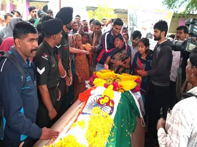 Video: Mother tosses tear after seeing son in tricolor, martyr mahesh funeral in parli | Video : तिरंग्यात लपेटलेलं पार्थिव पाहून आईनं टाहो फोडला, शोकाकुल वातावरणात अंत्यसंस्कार