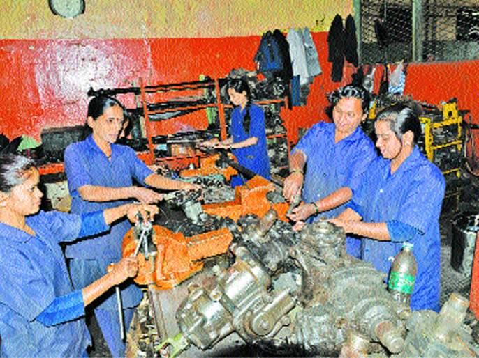 Women's Day Special: Due to the use of power, trick, those women in Solapur will repair the red! | Women's Day Special : शक्ती, युक्तीच्या उपयोगाने सोलापुरातील त्या महिला करतात लालपरीची दुरूस्ती !