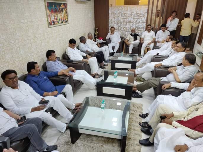 meeting of opposition party leaders   अधिवेशनाच्या पार्श्वभूमीवर, विरोधी पक्षातील गटनेत्यांची बैठक सुरू