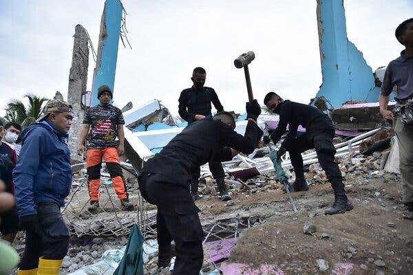 Indonesia earthquake kills 34; Hundreds injured   इंडोनेशियात भूकंपात ३४ जणांचा मृत्यू; शेकडो जखमी