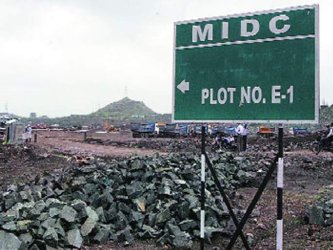 Roads in the MIDC are gone | एमआयडीसीतील रस्ते गेले खड्ड्यात