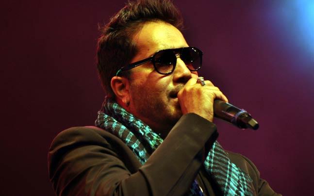 mika singh has an argument with media during a press briefing in mumbai on his show in pakistan | बंदी उठताच मीका सिंग म्हणाला, 'मेरी मर्जी'