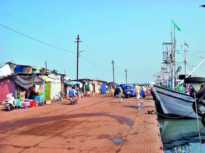 Sea fishing jam; 2 crore loss   सागरी मासेमारी ठप्प; २०० कोटींचे नुकसान- सागरी वाऱ्यांमुळे मच्छीमारी नौका बंदरातच