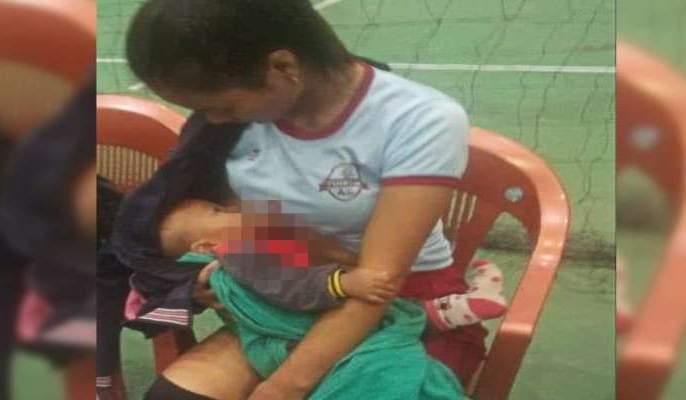 A powerful image of a volleyball player breastfeeding her baby on the field @ Mizoram | सात महिन्याच्या बाळासाठी 'तिने' केलं असं काही की, लोक म्हणाले मॉँ तुझे सलाम!