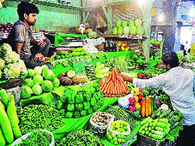 Inflation is falling due to rains in mumbai market | पावसामुळे भाजीपाल्याला बसतेय महागाईची फोडणी