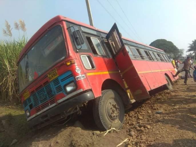 Jamkhed - Swargate ST. Slipped down the street; Luckily the passengers survived   जामखेड - स्वारगेट एसटी रस्त्यावरुन खाली घसरली; सुदैवाने प्रवाशी बचावले