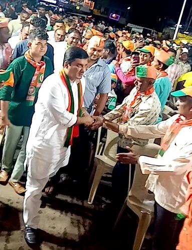 Clock instead of lotus in front of Dhananjay Mahadik | Maharashtra Election 2019 : धनंजय महाडिक यांच्या तोंडी कमळाऐवजी घड्याळ