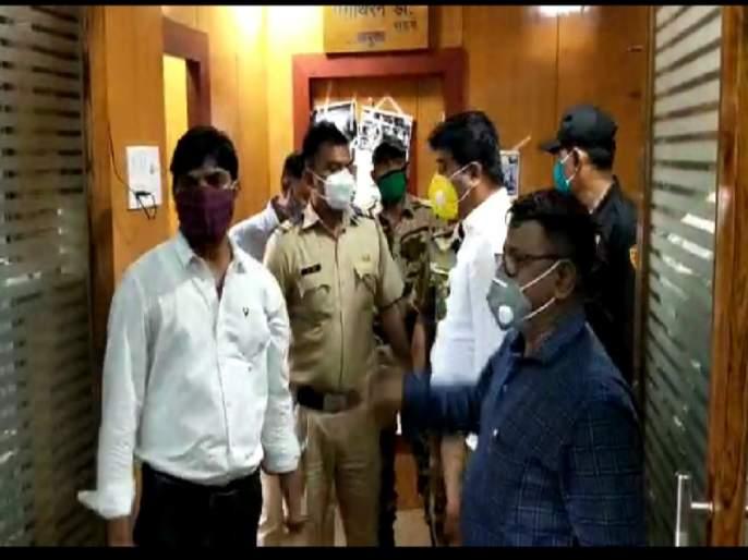 Eight people of Shiv Sena walk, then why don't four of us walk ?; MNS questions the commissioner | शिवसेनेचे आठ लोक चालतात, मग आमचे चार का चालत नाही?; मनसेचा आयुक्तांना सवाल