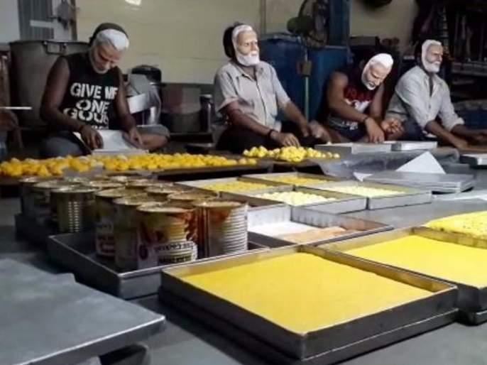 lok sabha election 2019 Sweet Shop Workers Prepare Sweets In Modi Mask For Bjp | भाजपाला विजयाची खात्री; 'मोदी' तयार करताहेत मिठाई