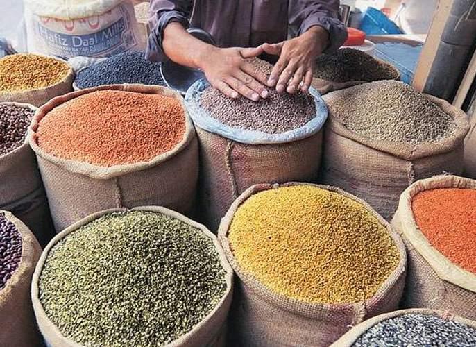 Cereals with pulses to hike: Crops knocked due to lack of rainfall | डाळींसह कडधान्य महागणार : पावसाअभावी पिकांना फटका